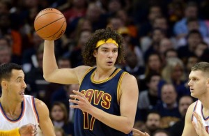 Anderson Varejao posting up