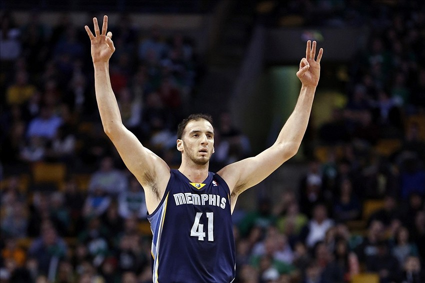 Kosta Koufos of the Memphis Grizzlies on defense