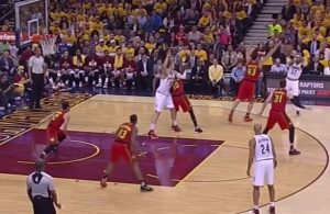 Mo Williams Pass off Defender's Head